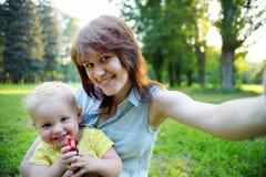 Молодая женщина и ее сын малыша делая selfie Стоковое Фото