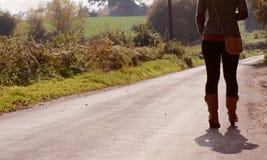 Молодая женщина идет вверх по майне страны самостоятельно стоковая фотография