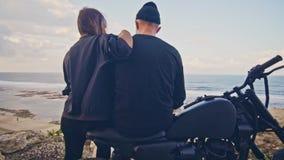 Молодая женщина идет к ее парню, всаднику и его велосипед, тогда они восхищают совместно чудесный взгляд вокруг видеоматериал