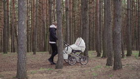 Молодая женщина идет с младенцем видеоматериал