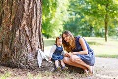 Молодая женщина и маленькая девочка одного года идя до лето p Стоковая Фотография