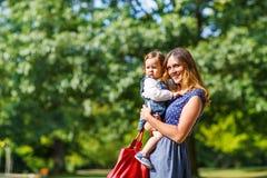 Молодая женщина и маленькая девочка одного года Стоковая Фотография