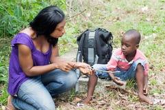 Молодая женщина и мальчик вне для пикника стоковое фото rf