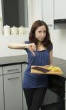 Молодая женщина и нездоровая еда стоковые фотографии rf