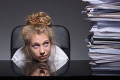 Молодая женщина и обработка документов Стоковое Фото