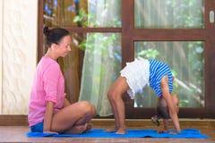 Молодая женщина и приниманнсяый за маленькой девочкой фитнес Стоковые Фотографии RF