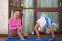 Молодая женщина и приниманнсяый за маленькой девочкой фитнес Стоковая Фотография