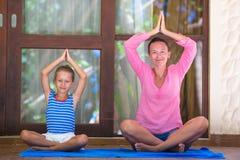 Молодая женщина и приниманнсяый за маленькой девочкой фитнес Стоковые Фото