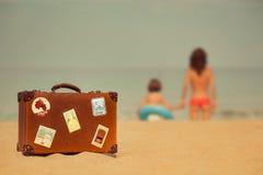Молодая женщина и ребенок ослабляя на пляже Стоковая Фотография