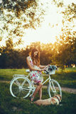 Молодая женщина и собака с велосипедом Стоковая Фотография
