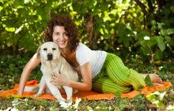 Молодая женщина и собака Стоковое Изображение RF