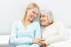 Молодая женщина и старый старший усмехаться женщины Стоковое Изображение RF