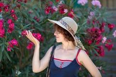 Молодая женщина и цветки Стоковая Фотография RF