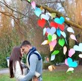 Молодая женщина и человек в украшении сердца, на пиршестве Стоковое Фото