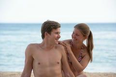 Молодая женщина и человек на пляже Стоковое Изображение