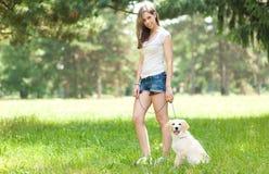 Молодая женщина идя вне ее собака стоковые изображения