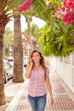 Молодая женщина идя вниз с улицы Стоковая Фотография