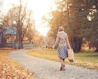 Молодая женщина идя в парк осени Стоковое Изображение RF