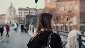 Молодая женщина идя в центр города, римский форум Женский путешественник принимает фото старых руин городка Девушка исследуя Итал видеоматериал