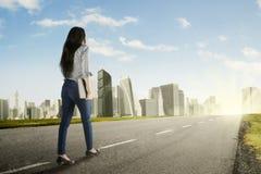 Молодая женщина идя к более лучшему будущему Стоковое фото RF