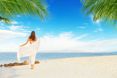 Молодая женщина идя на тропический пляж Стоковая Фотография