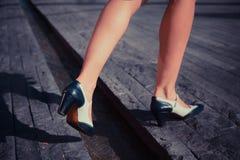 Молодая женщина идя на улицу Стоковое фото RF