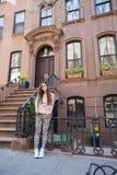 Молодая женщина идя около старых домов в историческом Стоковое Изображение