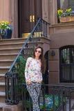 Молодая женщина идя около старых домов в историческом Стоковые Фотографии RF