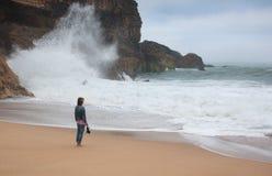 Молодая женщина идя самостоятельно на дезертированное побережье Атлантики Стоковое Изображение RF