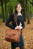 Молодая женщина идя снаружи на красивый день падения Стоковое Фото