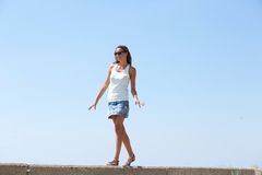 Молодая женщина идя снаружи Стоковое Изображение
