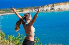 Молодая женщина и Gerakas приставают - Закинф к берегу, Грецию Стоковая Фотография
