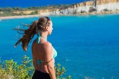 Молодая женщина и Gerakas приставают - Закинф к берегу, Грецию Стоковые Фото