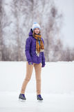 Молодая женщина катаясь на коньках на льде с диаграммой коньками Стоковая Фотография