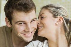 Молодая женщина конца-вверх красивая целуя человека Стоковое Изображение RF