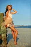 Молодая женщина красивых и моды с длинными ногами в роскошных платье и шляпе Стоковые Изображения RF