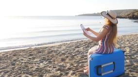 Молодая женщина красит на пляже сток-видео