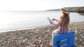 Молодая женщина красит на пляже видеоматериал