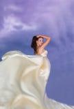 Молодая женщина красоты в бежевом платье Стоковое Изображение RF