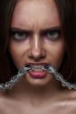 Молодая женщина красоты моды с агрессивным взглядом Стоковые Изображения RF