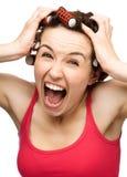Женщина кричащее удерживание ее головка с руками Стоковые Фотографии RF