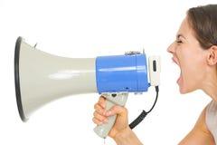 Молодая женщина крича через мегафон Стоковые Изображения RF