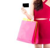 Молодая женщина крупного плана азиатская при красное платье держа сумку кредитной карточки и бумажных Стоковая Фотография RF