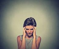 Молодая женщина крупного плана усиленная с головной болью Стоковое фото RF