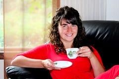 Молодая женщина крытая стоковое фото rf