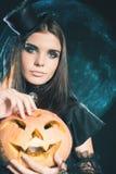 Молодая женщина моды идя к партии хеллоуина Стоковое Фото
