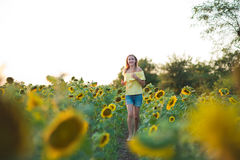 Молодая женщина моды с солнцем цветет и в шортах стильной шляпы и голубых джинсов стоковое изображение rf