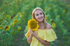Молодая женщина моды с солнцем цветет и в шортах стильной шляпы и голубых джинсов стоковые изображения
