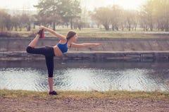Молодая женщина нагревая перед бегом Здоровый образ жизни Фитнес спорт Стоковые Изображения RF