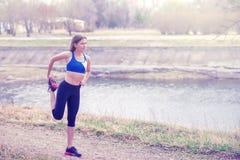 Молодая женщина нагревая перед бегом Здоровый образ жизни Фитнес спорт Стоковая Фотография